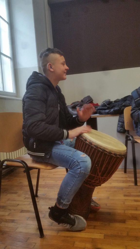 Korisnik projekta Orkestar DObre Vibracije svira djembe